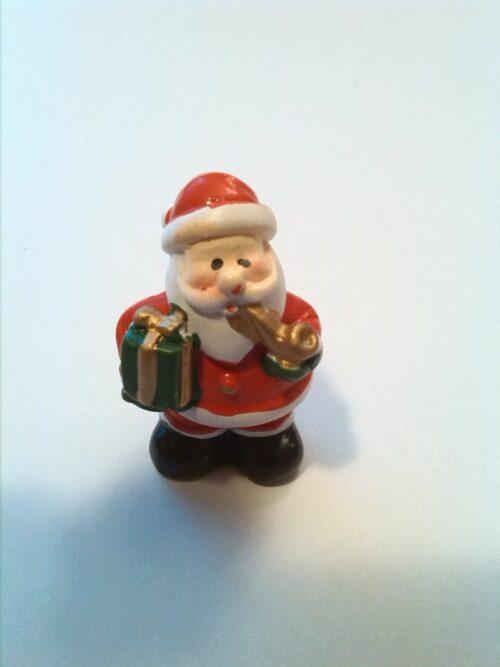 Glücksbringer Weihnachtsmann mit Paket und Pfeiffe
